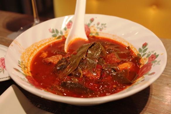 mo cha muang (cerdo con hojas de cha muang)